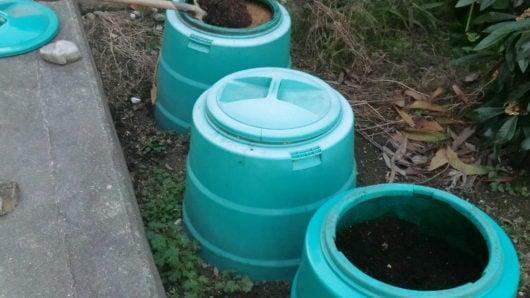 庭に設置したコンポスト容器