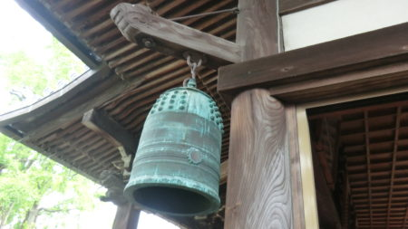 本堂の隅にある喚鐘(かんしょう)、別名は半鐘・行事鐘