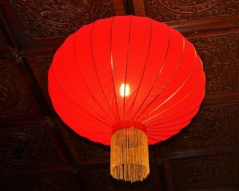 赤く灯った提灯