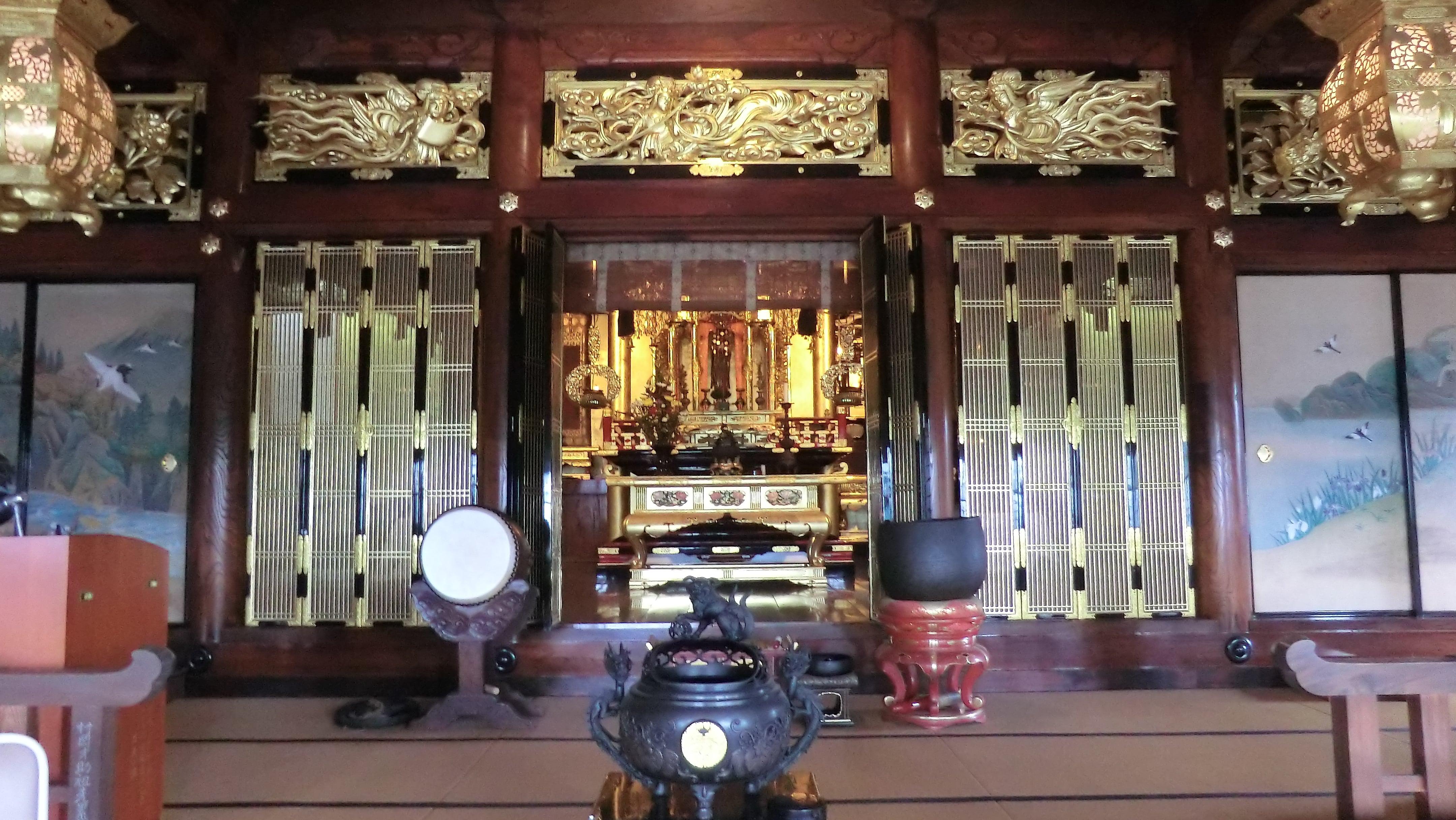 お寺の本堂内