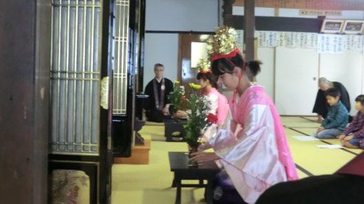 お釈迦様への献花