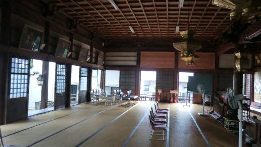 お寺の本堂内の様子。