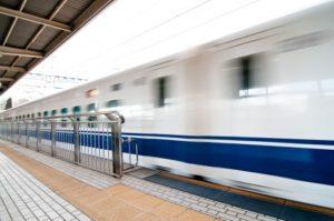 新幹線が駅を通過。