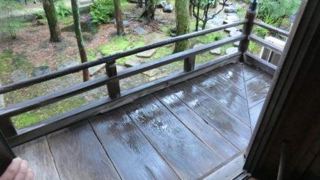 台風で本堂の外縁が濡れた