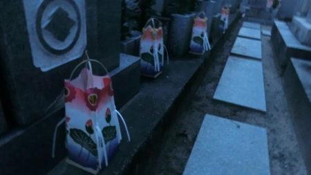香川の墓灯籠の夜間のお飾りの様子。