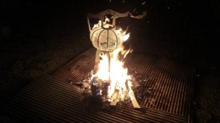 置き灯籠の焚き上げ。