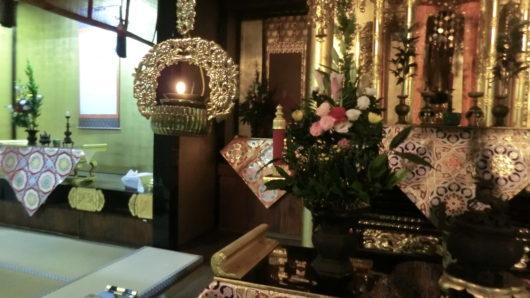 法要に備えて、本尊、永代経、祖師等にお花を飾る。