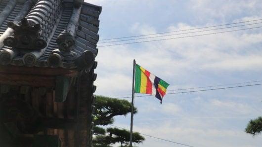 お寺の法要には仏旗の掲揚