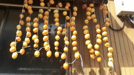 軒下に吊るした干し柿。