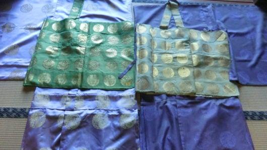 夏用の色衣五条と冬用の色衣五条を比較。