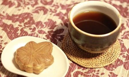 お坊さんにお茶とお茶菓子を出す。法事の時に