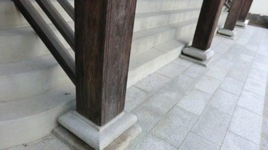 本堂正面の柱