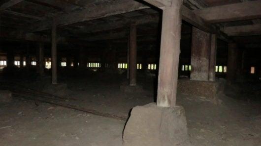 本堂の床の下。柱が石の上に乗っている。