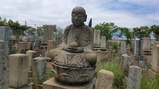 墓地の地蔵菩薩。両手で宝珠を持つ