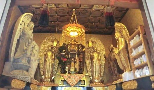 真宗興正派、郡家別院の納骨堂の仏像の様子