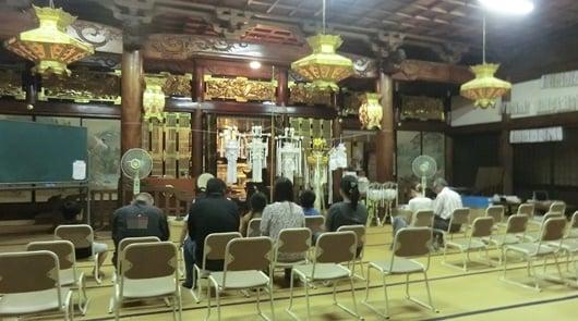 円龍寺の灯籠流し法要。まずは住職が本堂で読経を