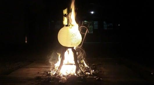 灯籠流し法要で灯籠を燃やす