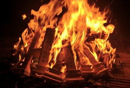 灯籠流しで白木位牌も焚き上げる