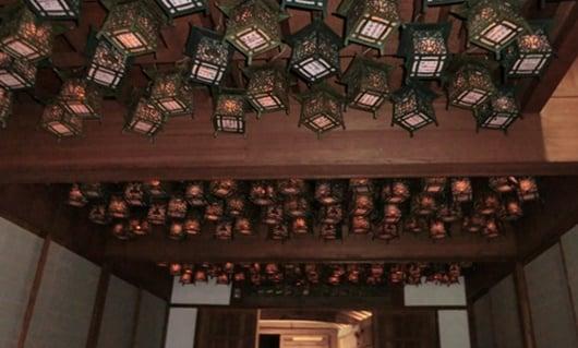 天井から吊る灯籠(吊り灯籠)