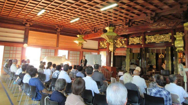 2019年円龍寺秋季永代経法要。写真は本山布教使による本堂法話の様子。