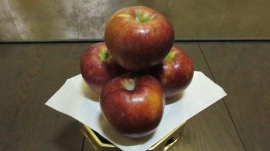 仏前への正しいリンゴの置き方。ヘタを上にする