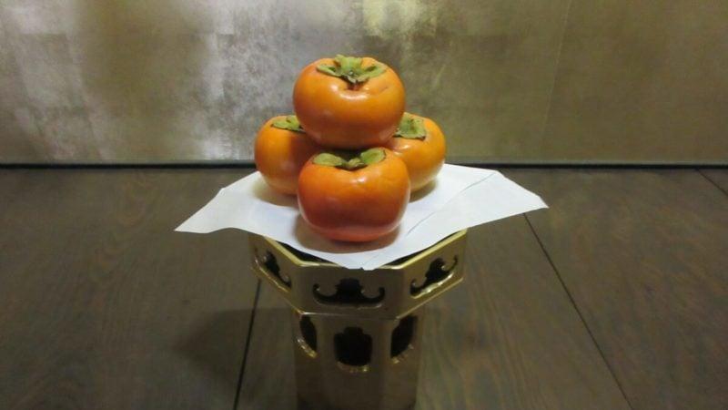仏さまにお供えする果物の柿はヘタを上にして置く