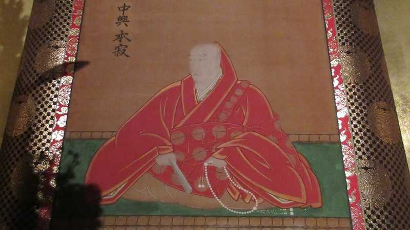 本寂上人は真宗興正派興正寺の27世住職。中興の祖として末寺のお堂に、お姿の軸が掛けられる