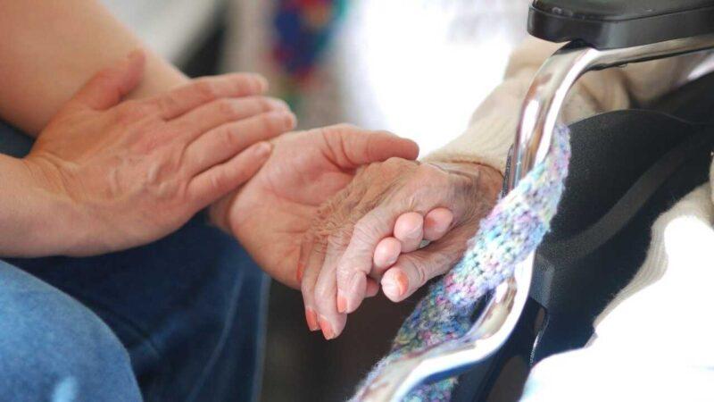 入院中の祖母に会い、手をにぎって話をする