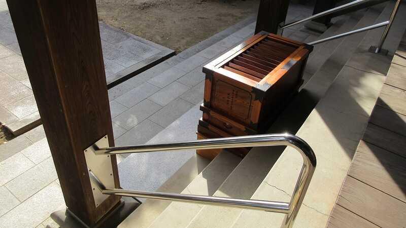 円龍寺向拝の浄財箱と手すり