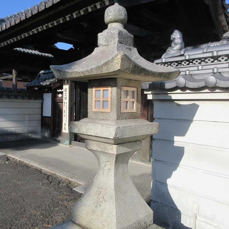 円龍寺山門前の灯籠