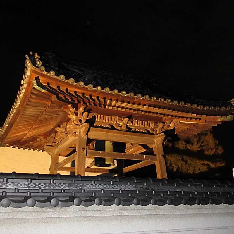 円龍寺鐘撞堂の夜間ライトアップ