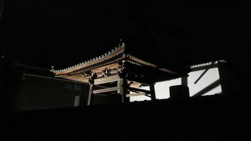 香川県丸亀市の円龍寺、夜の鐘撞堂(鐘楼)